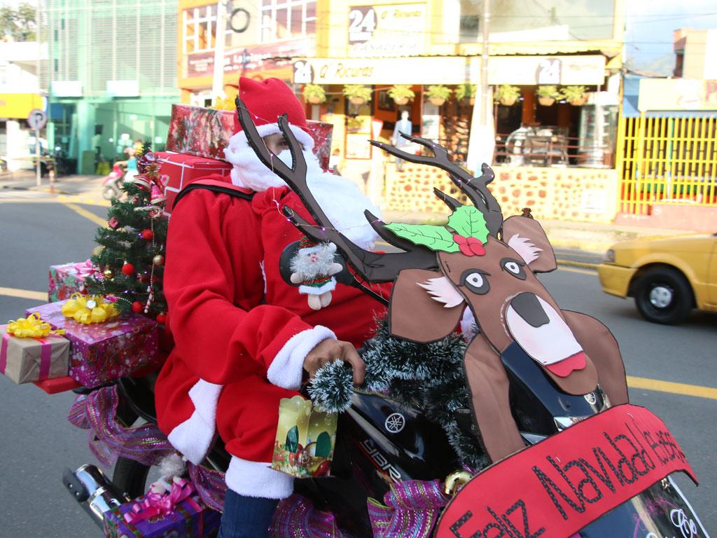 Cerca de 60 carrozas participaron en caravana navideña de Fenalco