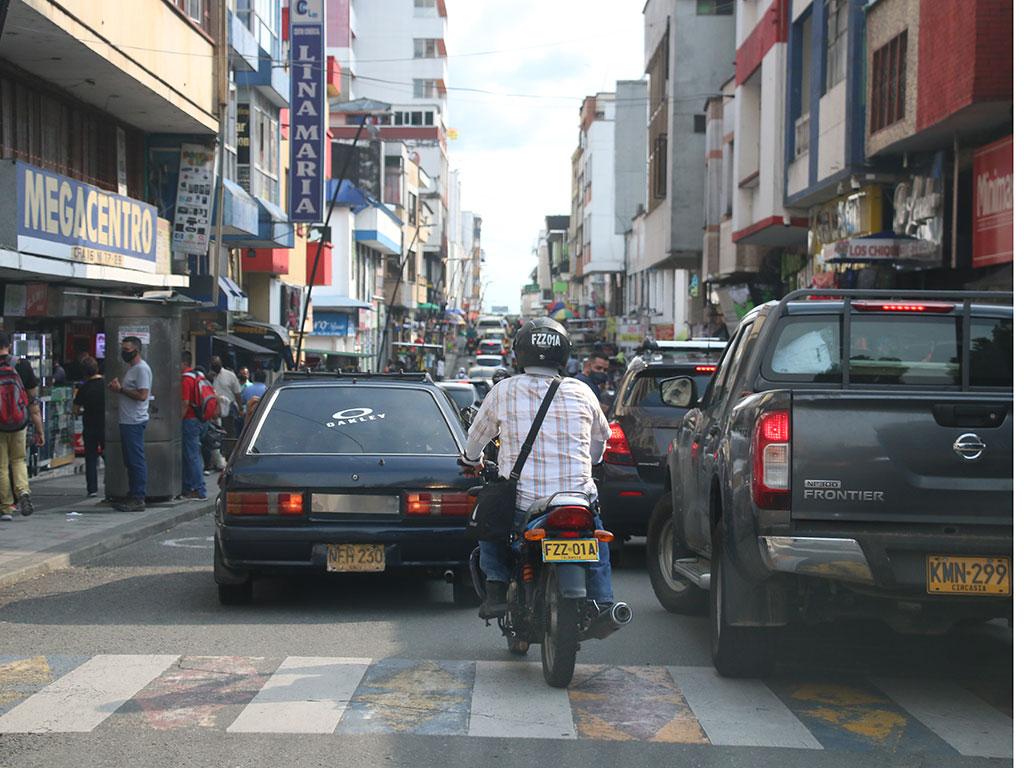 Conductores maleducados cogen 'mal parqueados' a los agentes de tránsito