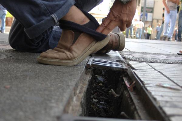 Los pasos peatonales están llenos de huecos