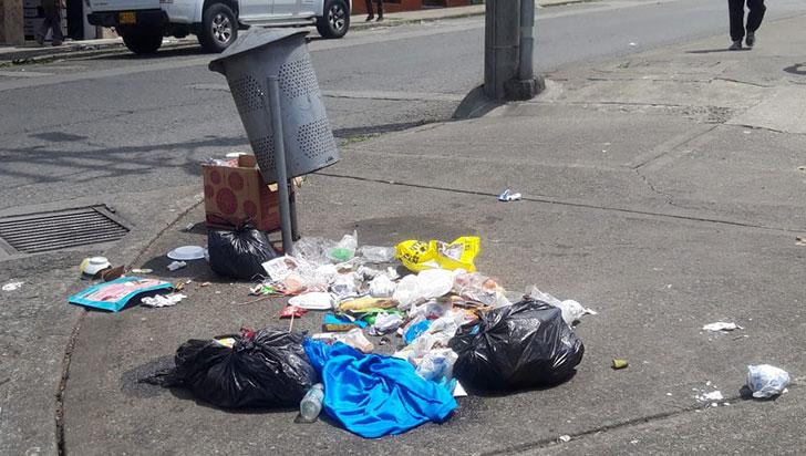 Mal manejo de basuras en sector  de la galería de Calarcá