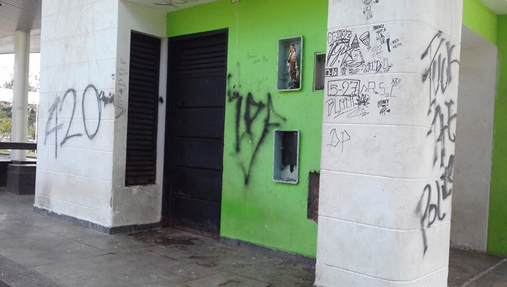 Espacio público sucumbe al vandalismo