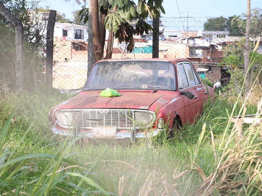 Vías públicas y zonas verdes convertidas en cementerios de carros