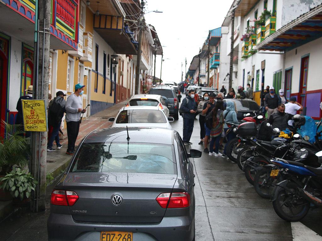 El dilema y los riesgos de las multitudes de turistas en pandemia