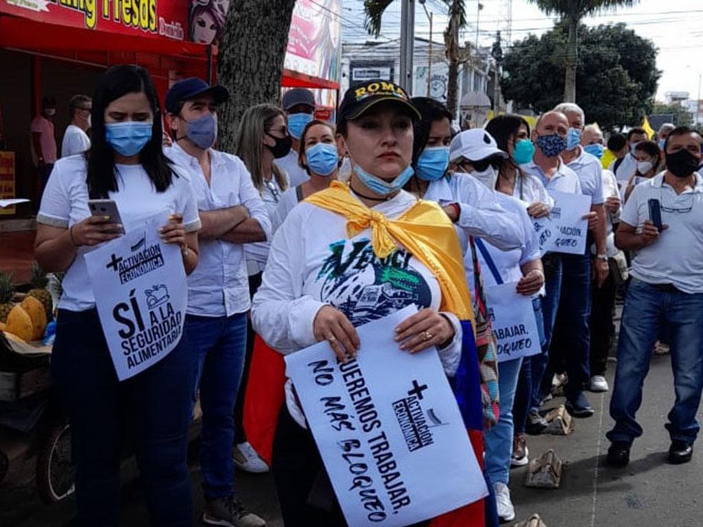 Empresarios y comerciantes marcharon y pidieron el fin de bloqueos en las vías