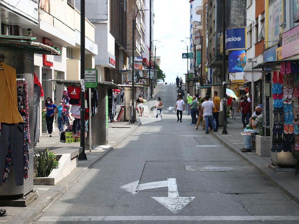 Bancos llenos y una parte del comercio vacío en el centro de Armenia