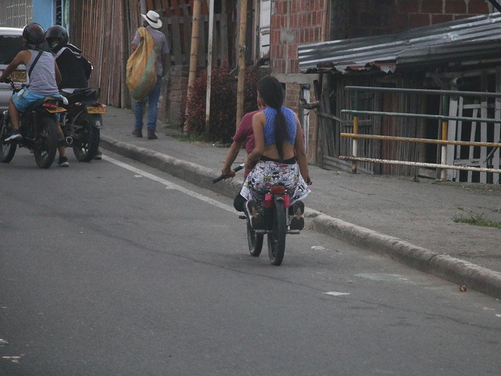 Jóvenes arriesgados que juegan con la muerte en bicicletas