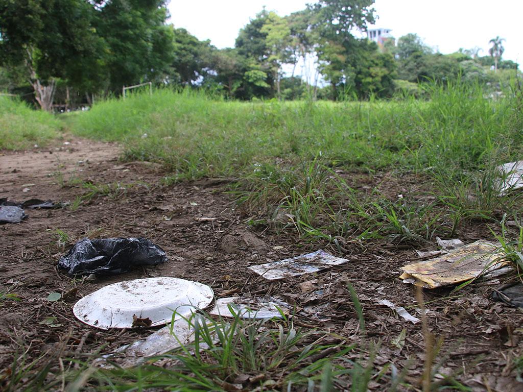 Maleza y basuras están fuera de lugar en las canchas de El Edén