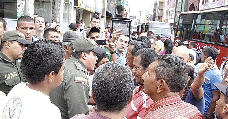 2 funcionarios lesionados en operativo de recuperación del espacio público