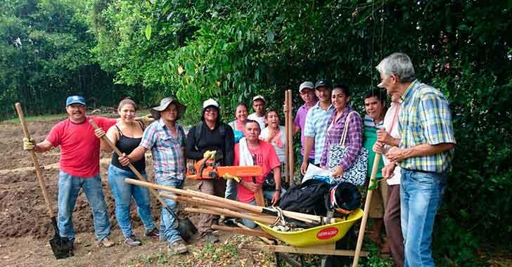 150 personas labran huerta comunitaria en el Génesis