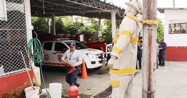 Los bomberos ayudan, pero a ellos nadie los socorre