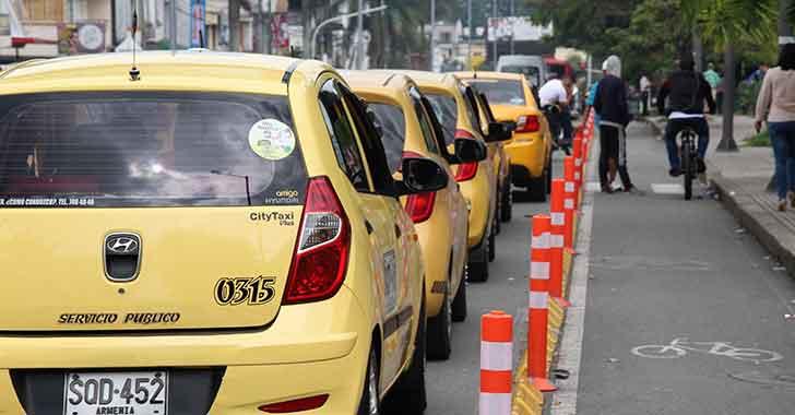 Caos vehicular en la carrera 14 por taxistas mal parqueados