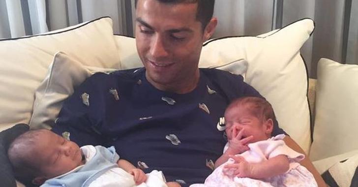 Ronaldo publica una fotografía con sus hijos recién nacidos