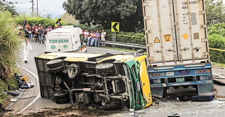 Tres personas fallecidas y 18 heridos dejó accidente entre tractomula y buseta
