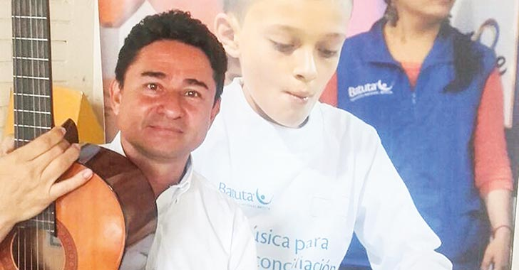 Niños desplazados aprenden música en Batuta
