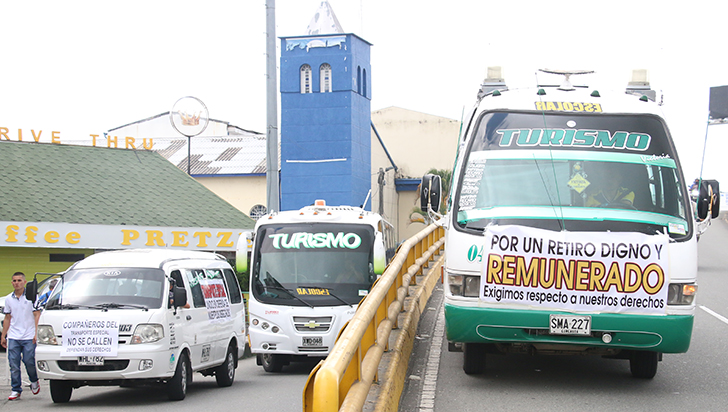 Conductores de transporte especial realizaron protesta contra política de chatarrización