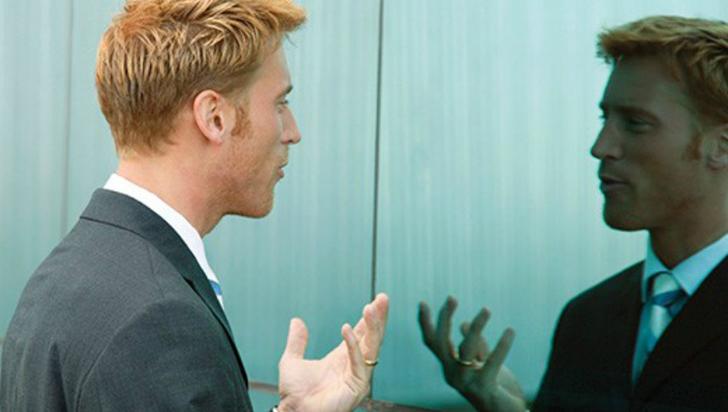 Hablar solo o hablar con otros da lo mismo para el cerebro, según estudio