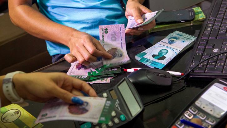 Barrio en Caracas crea su propia moneda ante crisis venezolana