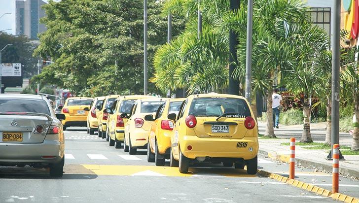 """Ciudadanía denuncia que taxistas  generan """"caos"""" en centros comerciales"""