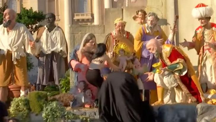 Feminista semidesnuda intenta robar el Niño Jesús del pesebre del Vaticano