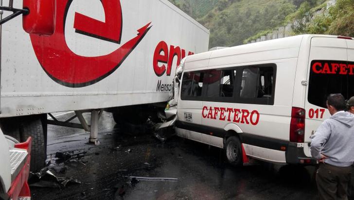 Grave accidente en vía La Línea dejó 2 víctimas fatales y 16 heridos
