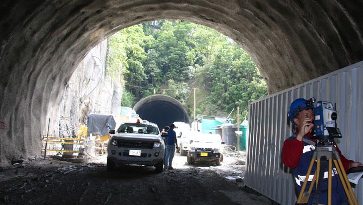 Debido al tremendo trancón, habilitan parcialmente el túnel de La Línea