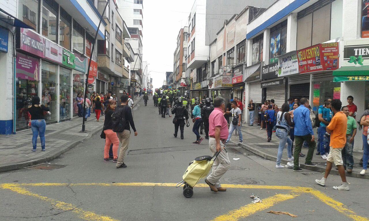 Vendedores informales se enfrentaron a la Policía por incautación de sus artículos