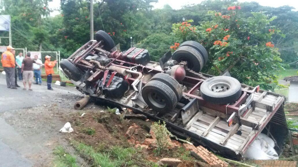 Aparatoso accidente en vía Barragán dejó una persona gravemente herida