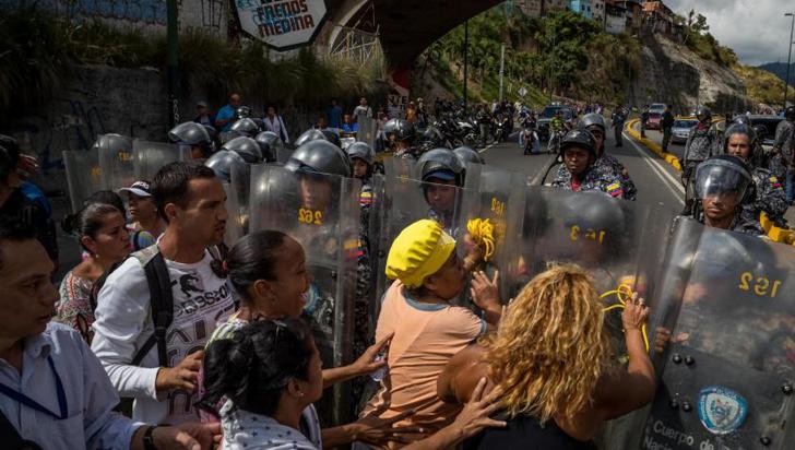 Un guardia nacional mata a una mujer durante reparto de jamones en Venezuela