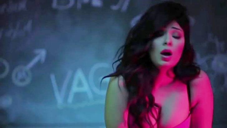 """Reducen a un año de cárcel condena a cantante egipcia por videoclip """"lascivo"""""""