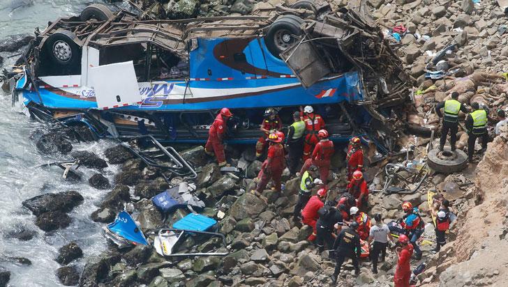Caída de autobús a un acantilado en Perú dejó al menos 36 muertos