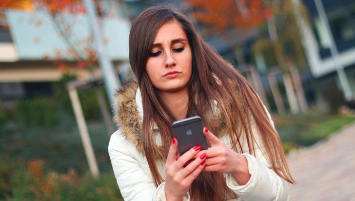 Los jóvenes que pasan más tiempo en su celular son más infelices, afirma estudio