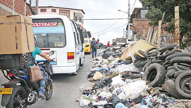 Peatones sin andén por basuras en la Boca del Túnel