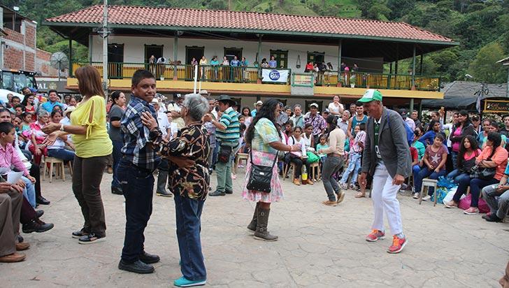 Arreglo de las vías terciarias, regalo para los campesinos en Pijao en su día