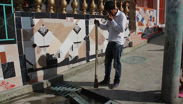 En La Esmeralda están incómodos con aguas negras y las vías