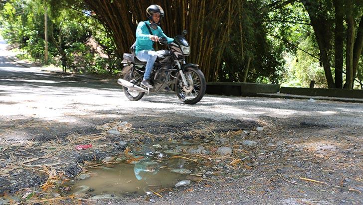Paso entre barrios Cooperativo y Zuldemayda, con huecos y contaminación