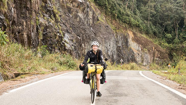 Joven quindiana recorre el mundo en bicicleta