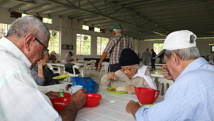 Adultos mayores del ancianato El Carmen están estrenando restaurante