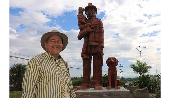 Sigifredo Ocampo y el monumento a los bomberos