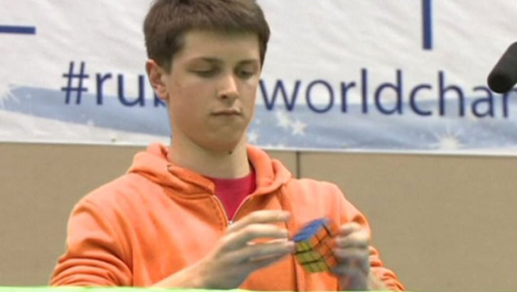 Australiano rompió su propio récord mundial en armado de cubos de Rubik