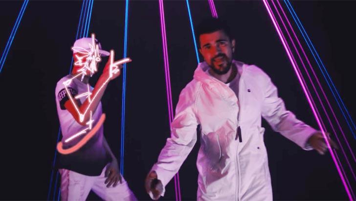 Juanes y Raymix estrenaron el colorido y electrizante video de Oye Mujer