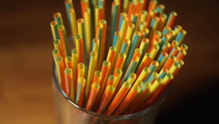 Entró en vigor ley que prohíbe usar pitillos de plástico en Seattle, EE.UU.