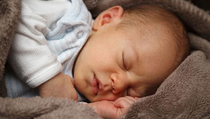 Bebés que comen sólidos a temprana edad tienen menos problemas para dormir
