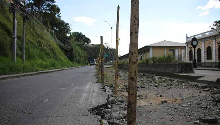 Ciudadanos se quejan por intervención inconclusa de vía frente a la estación