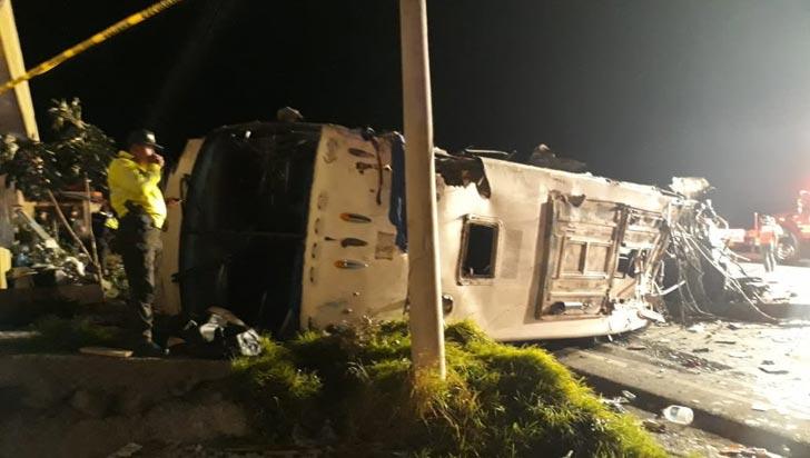 Accidente de bus en Ecuador deja 24 muertos y 22 heridos, entre ellos varios colombianos