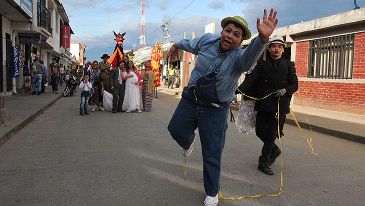 Con desfile de comparsas se inauguró 3er Encuentro de Zanqueros