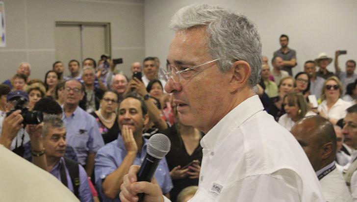 Álvaro Uribe presentó proyecto para aumentar el salario mínimo de manera extraordinaria