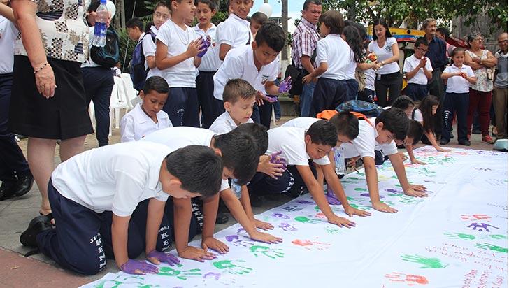 En Calarcá, 250 niños 'pintaron la paz' y su pancarta se exhibirá en Emca