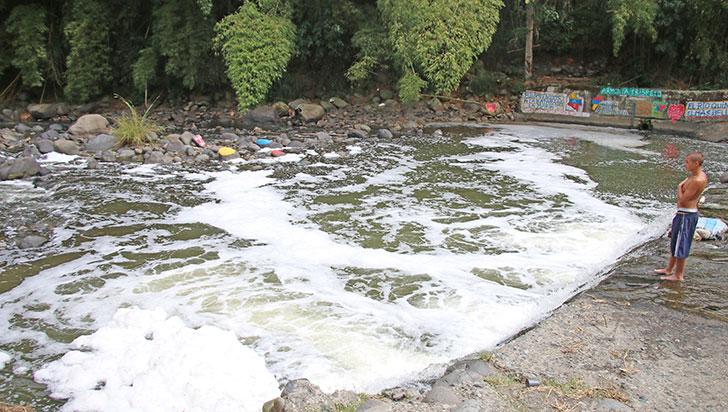Autoridades investigan qué ocasionó espuma en el río Quindío