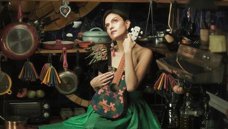 Victoria Sur,  desde los 10 años canta inspirada en el folclor