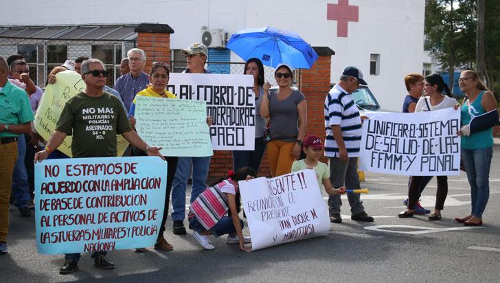 Fuerzas Militares y Policía protestaron contra aportes de copago